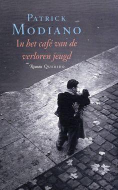 Het verhaal van de geheimzinnige Leika die onregelmatig het café Condé bezoekt in het Parijs van de jaren 1960. Verschillende personages proberen haar identiteit bij elkaar te sprokkelen. De suggestieve sfeer die kenmerkend is voor Modiano's werk, bepaalt de afwikkeling van deze roman. | Leestip van Patrick Auwelaert, team Communicatie & Evenementen. http://zoeken.muntpunt.bibliotheek.be/detail/Patrick-Modiano/In-het-cafe-van-de-verloren-jeugd/Boek/?itemid=|library/marc/vlacc|6893271