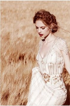 We love the hair and makeup that have been paired with this gorgeous Jenny Packham dress.