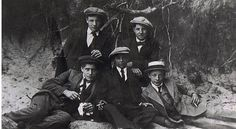 Bringing Back the Hat: This is a good article about men and the hats that were worn. Maybe its time to think about them again Hats In The Belfry, College Hats, Driving Cap, Fedora Hat Women, Wearing A Hat, Newsboy Cap, Flat Cap, Famous Men, Outfits With Hats