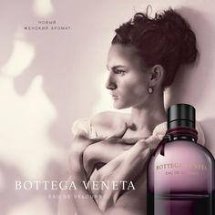 Новый аромат Bottega Veneta Eau de Velours является выражением чувственной женственности. Изысканная цветочно-шипровая композиция с нотками кожи построена вокруг нежных бархатных лепестков розы. Переплетение ингредиентов высочайшего качества создаёт истинное творение знаменитого модного дома.