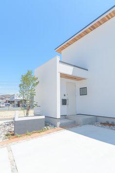 真っ白な壁に、レッドシダーが美しい。#外壁 #玄関 #レッドシダー #デザイン住宅 愛知(豊橋・豊川・新城)の注文住宅なら「ハピナイス」。あなたらしさをプラスしたデザイン注文住宅。ライフスタイルに合わせて、暮らしを楽しむオンリーワンの家づくりをいたします。 House Design, Doors, Architecture, Outdoor Decor, Home Decor, House Siding, Homes, Arquitetura, Decoration Home