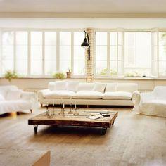 grand salon avec canapé et fauteuils surdimensionnés et blancs pour accentuer son côté lumineux et spacieux