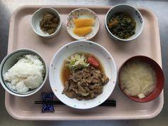 4月25日。豚肉の生姜焼き、小松菜と揚げの煮浸し、茄子のごま和え、大根とえのきの味噌汁、オレンジでした!豚肉の生姜焼きが特に美味しかったです!625カロリーです