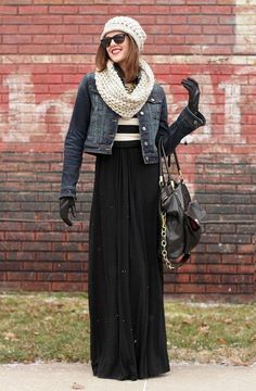 Se você mora numa cidade onde o frio é mais intenso, vista sua blusa de listras com jaqueta com forro de lã, gorro e gola, luvas e bota. Um belo look de inverno com saia longa!
