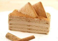 ¡Me encanta la canela!, así que esta tarta es una de mis favoritas. Es una milhoja de galletas de canela y crema de queso con canela deliciosa. No hace falta que mojemos las galletas en leche porque quedan totalmente blandas por la crema. Me gusta que quede alta y por eso siempre la hago en un molde rectangular de 23,5 x 9 cm., pero si os gusta más bajita, con 2 o 3 capas de galletas, sólo tenéis que hacerla en un molde más grande. Para que cuaje hay que dejarla reposar en el frigorífico…