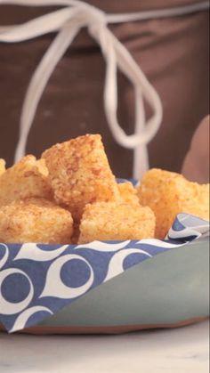 Dadinhos de tapioca são um tira-gosto super simples e perfeito para receber os amigos em casa.