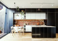 How Black Kitchen Cabinets Can Change A Space For The Better (Home Decorating Trends) Black Kitchen Cabinets, Black Kitchens, Contemporary Interior Design, Interior Design Studio, Modern Apartment Design, Piece A Vivre, Cuisines Design, Dining Room Design, Residential Architecture