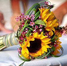 GIRASOLI PER IL BOUQUET - Vivace simbolo del Sole, il girasole è particolarmente amato nelle cerimonie d'estate: aggiungi un ramo d'edera o lavanda e spighe di grano, augurio felice di fertilità e letizia per un bouquet di fiori di campo dall'anima romantica. #whiteweddingitaly #bouquetSposa #bouquet #girasoli