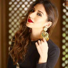 Heli daruwala 1 Girls Dp Stylish, Indian Star, Indian Tv Actress, Tvs, Art Sketches, Actresses, Drop Earrings, Female, Celebrities