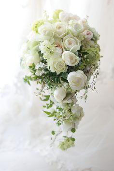 セミキャスケードブーケ 白のバラにうすいピンク、クラシカル&ナチュラルに 2月3月のお知らせいろいろ : 一会 ウエディングの花