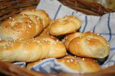 V pekárně se těsto pouze připravuje, houstičky se pečou v troubě. Zapneme program Těsto. Těsto se krásně propracuje a vykyne. Pak jej vyndáme,… Hot Dog Buns, Hamburger, Bread, Program, Food, Brot, Essen, Baking, Burgers