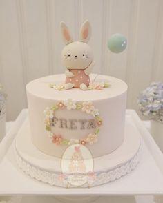 Není k dispozici žádný popis fotky. 1st Birthday Cake For Girls, Baby Birthday Cakes, Tortas Baby Shower Niña, Baby Shower Cakes, Bolo Minnie, Bolo Cake, Rabbit Cake, Girl Cakes, Fondant Cakes