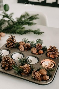 DIY: 4 Last-Minute-Tischdekoideen für Heiligabend Foto: sophiagaleria #solebich #diy #weihnachtsdeko #weihnachten #muffinblech #tannenzapfen #christmasdecor #christmas #muffintin #pinecone Boy Diy Crafts, Diy Crafts For Home Decor, Diy Crafts For Adults, Decoration Crafts, Craft Projects For Kids, Upcycled Crafts, Decoration Table, Christmas Wood Crafts, Christmas Table Decorations