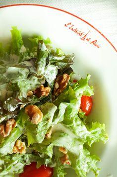 Salada verde com nozes. Entrada do restaurante L'Entrecôte de Paris.  Saiba mais em www.ohlaladani.com.br
