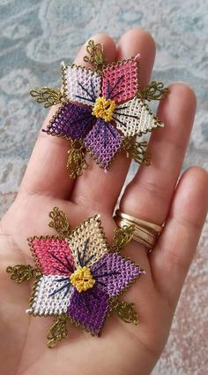 No photo description available. Hand Embroidery Stitches, Embroidery Kits, Beaded Embroidery, Embroidery Dress, Crochet Thread Patterns, Tatting, Flower Applique, Crochet Flowers, Jewelry Crafts