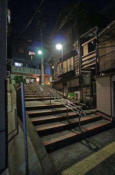 夜散歩のススメ「下見板町屋わきの階段」東京都文京区