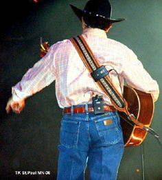George Strait rocks his Wranglers. Pictures of George in his jeans, doing what he does so well. George Strait Family, His Jeans, Country Musicians, King George, Actors & Actresses, How To Look Better, Country Life, Celebrities, Cowboys