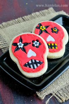 Let's decorate some cookies. Decorated skull cookies are really popular during the Day of the Dead celebrations. Though mostly made using royal icing decorations they can be simplified and made with fondant, too. Halloween Cookie Recipes, Halloween Appetizers, Homemade Halloween, Halloween Desserts, Halloween Food For Party, Halloween Treats, Halloween Makeup, Spooky Halloween, Holloween Cookies