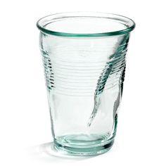 Rob Brandt heeft zich met dit design laten inspireren door de plastic koffiebeker. Deze keer is hij gemaakt van gerecycled glas. Trendy en een stuk milieuvriendelijker dan de wegwerpbekertjes. Set van zes stuks.