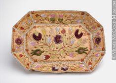 Huron-Wendat 1840-1860, Birchbark, moosehair, cotton thread, dyes 4.9 x 28 x 38 cm.  Calling card tray | McCord Museum