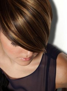 Amzaing hairstyles with short hair blonde highlights in caramel hair color. Top best caramel hair color ideas with blonde highlights. Brown Pixie Hair, Light Brown Hair, Brown Hair With Highlights, Hair Color Highlights, Copper Highlights, Balayage Highlights, Carmel Highlights, Pixie Cut With Highlights, Highlights 2017