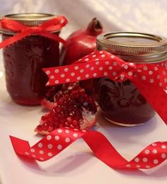 Make Freezer Pomegranate Jelly from Pom juice! So easy and delicious! Jam Recipes, Canning Recipes, Sweet Recipes, Pomegranate Jelly, Pomegranate Recipes, Feta, Pom Juice, Cake Calories, Fruit Preserves