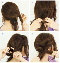 1.顔周りの髪の毛を適量残し、毛束をサイド寄りに集めてゆるめにゴムで結ぶ。結んだ側の襟足部分の毛は適量残します。2.ゴムで結んだ結びめの上を指で左右2つに分け、毛束の毛先を上から通し「くるりんぱ」します。3.「くるりんぱ」した毛束を2つに分け、左右に引っぱって根元をキュッと締めます。(ポイント:ラフな質感にするためにバランスを見ながら少しずつ髪の毛を引き出し、ゆるふわシルエットを作る。)