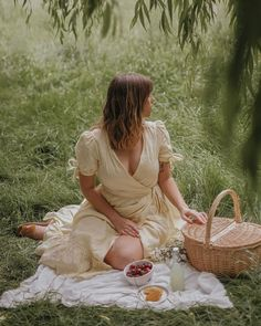 I take picnics very seriously 👌🏻 Hope you are all having a good weekend! Picnic Photography, Dreamy Photography, Portrait Photography, Fashion Photography, Spring Aesthetic, Aesthetic Photo, Photoshoot Inspiration, Mode Inspiration, Picnic Photo Shoot