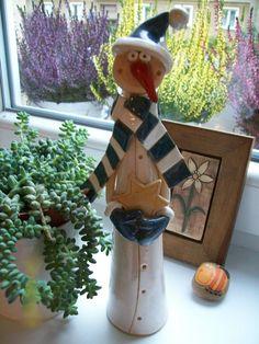 sněhulák Nikola Keramická ručně modelovaná figura,glazovaná barvami s efekty. Velmi pěkná dekorace vánočního stolu či okna.... velikost ....27-30cm Hand Built Pottery, Slab Pottery, Ceramic Pottery, Christmas Clay, Christmas Projects, Xmas, Clay Projects For Kids, Kids Clay, Pottery Classes