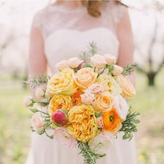 Bold and beautiful blooms always leave us head over heels in love and this bouquet is no exception! Xoxo  @weddingchicks PC: @nastjakovacec #bouquet #flowers #wedding #instafollow #love