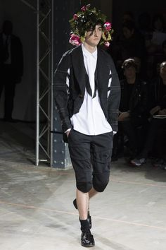 See the complete Comme des Garçons Homme Plus Fall 2016 Menswear collection.