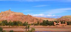 La kasbah Ait-Ben-Haddou est un véritable joyau du Maroc située dans la province de Ouarzazate, ses constructions en terre et son oasis sont à voir !