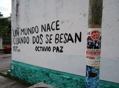 """gefunden in Playa Del Carmen, Mexiko. """"Eine Welt wird geboren, wenn zwei sich küssen"""""""