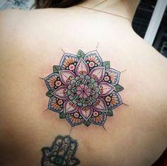Este colorido mandala flor http://tatuagens247.blogspot.com/2016/08/linda-mandala-tatuagens-voce-vai.html