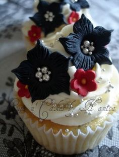 Black & White + Red Cupcakes II by Cups 'n' Cakes by Hanita, via Flickr