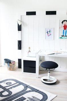Dani vom DIY Blog Gingered Things zeigt wie man aus Holzbalken einen coolen Schreibtisch im Fussball - Look für das Kinderzimmer von Jungen und Mädc... # #