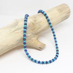 Ce bijou est fait main, il alterne perles de turquoise (Arizona) et rondelles de lapis lazuli pour un effet peps et dynamique. Les pierres sont véritables et les finitions sont en gold filled 14k. Lapis Lazuli, Beaded Necklace, Beaded Bracelets, Bleu Turquoise, Peps, Creations, Stone, Arizona, Jewelry