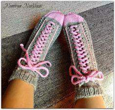 Nemiran Nurkkaus: taas yhdet tennarisukat, pienellä twistillä :) Crochet Socks, Knitting Socks, Slipper Socks, Slippers, Wool Socks, Sock Shoes, Mittens, Converse, Diy And Crafts