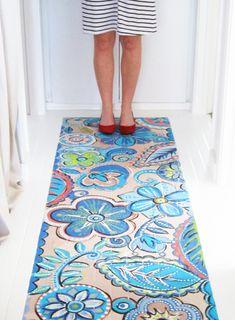 Suelo del pasillo pintado como si fuera una alfombra