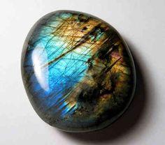 La LABRADORITE est une magnifique pierre d'un beau bleu à reflets d'or. Elle est aussi appelée la pierre des guérisseurs ou la pierre d...
