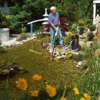 Jesienią należy odpowiednio zadbać o oczko wodne w ogrodzie. Najważniejsze jest czyszczenie oczka wodnego z mułu.Dobrze przygotowane oczko będzie cieszyć nasze oczy na wiosnę. A wtedy dla uzyskania czystej wody należy wyposażyć się w promienniki UV-C. Zapraszamy po promieniiki d sklepu https://aqua-light.pl