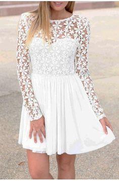 Fin og elegant blondekjole med åben ryg.