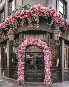 Foggs Tavern- London Practical travel advice and tips Take few items with you If you're really a traveler, your goal should be limited to han Pretty In Pink, Beautiful Flowers, Beautiful Places, Wonderful Places, Coffee Shop Design, Cafe Design, Flower Shop Design, Deco Floral, Flower Aesthetic