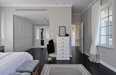 מימין הכניסה ליחידת ההורים. בין המיטה וחדר הרחצה מפריד חדר ארונות גדול ונוח ( צילום: שי אדם )