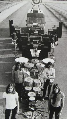 Pink Floyd, David Gilmour, Roger Waters, Nick Mason and Rick Wright in an impressive array of their equipment. Music Love, Music Is Life, Rock Music, David Gilmour, Ozzy Osbourne, Great Bands, Cool Bands, Rock And Roll, Musica Punk