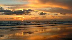 Playa de la Barrosa (Cádiz). Con una extensión de unos ocho kilómetros, ésta es considerada una de las mejores playas de Andalucía, y tiene la Bandera Azul de las Playas Limpias de Europa por su calidad y su limpieza, ondeando sin interrupción desde el año 1988. Limpia por dentro y bellísima por fuera.