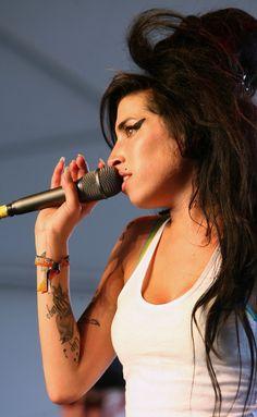 Pin for Later: Die 25 schönsten Erinnerungen an Amy Winehouse  Ihre Groove brachte Amy auf die Bühne von Coachella im April 2007.