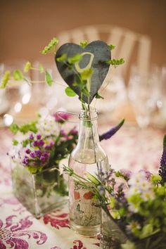 Mesero con pizarras en forma de corazón, en las bodas de Tatín: la novia del cinturón de pasamanería, foto Volvoreta Bodas