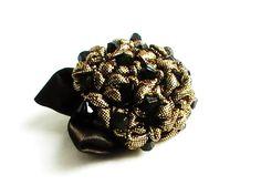 """Broche dans le style """"Kimono"""" fleur hortensia dorée  Broche dans le style japonais kimono. En forme de fleur hortensia avec deux feuilles noires sur le côté, noir et dorée avec des perles, se ferme par une épingle à sécurité. Sa taille est 6 x 4,5 cm. Fait main!"""