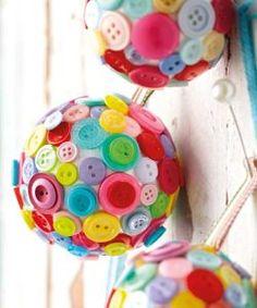boule de noel avec des boutons colorés